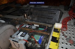 FURTURILE CONTINUĂ! Polițiștii Secției nr. 2 Micalaca au depistat ieri, în flagrant delict, doi tineri care încercau să fure ACUMULATORI AUTO!