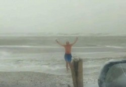 INCREDIBIL! Face baie în Marea Neagră când afară e COD ROȘU ! (VIDEO)