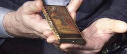 Ruşii au creat telefonul Ordotox. Este aurit şi are o cruce gravata pe spate (Foto/Video)