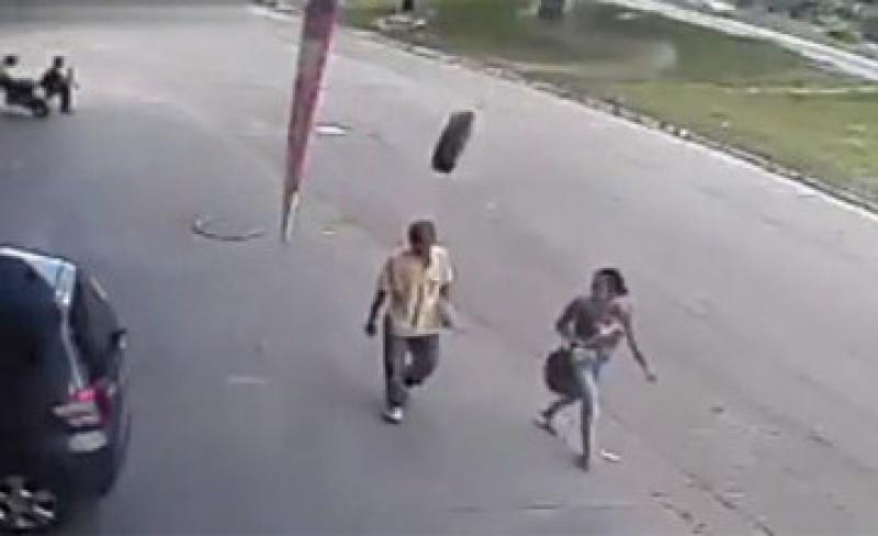 (VIDEO) O roată sărită de la o maşină a izbit cu viteză în cap un bărbat ! VEZI imagini surprinse de o cameră de supraveghere