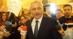 """Dragnea şi-a pierdut cumpătul în faţa protestatarilor. Reacţie halucinantă a şefului PSD: """"Fac şi pe mă-ta!"""" (VIDEO)"""