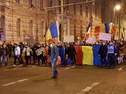 (FOTO/VIDEO)  Arădenii şi în această seară au ieşit în număr mare la protest ! Peste 3000 de oameni sunt la km 0 !