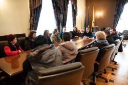 Viceprimarul  Călin Bibarţ discuţie cu reprezentanții producătorilor din Piaţa Catedralei