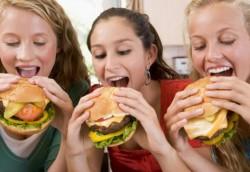 """13 """"minciuni"""" şi miturile care au făcut lumea mai grasă şi mai nesănătoasă"""