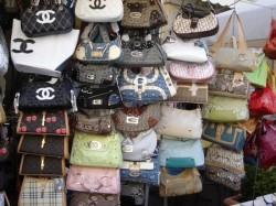 Încălțăminte, curele și poșete contrafăcute cofiscate de jandarmi