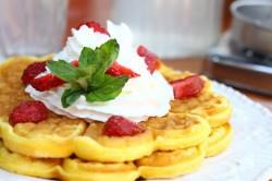 Reţeta săptămânii - Waffles cu căpşuni - de Alina Bucatoş