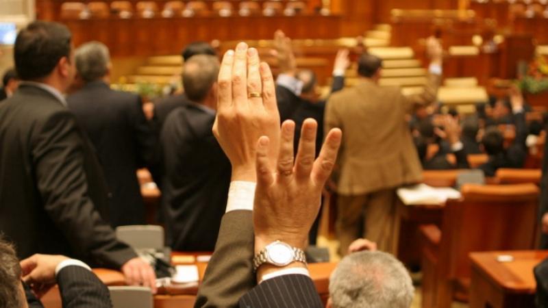 Liber la angajat rudele la cabinetele parlamentare! Deputaţii au desfiinţat conflictul de interese