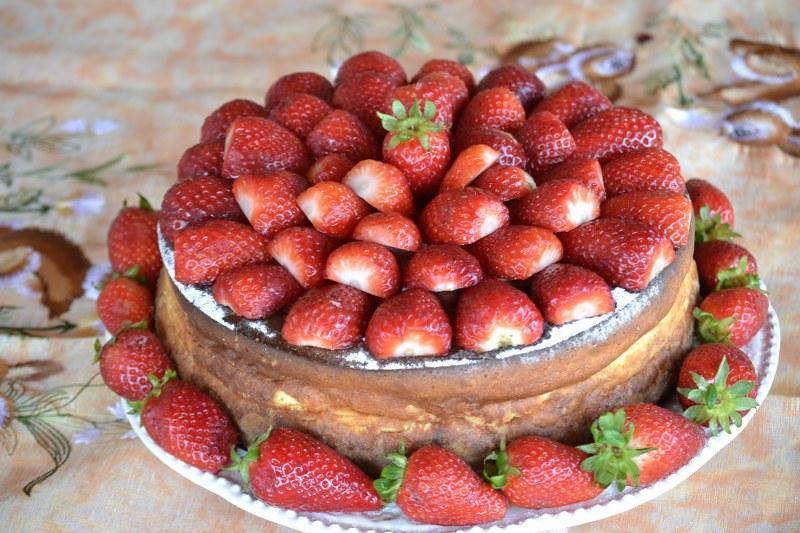 Reţeta săptămânii-Cheesecake de sărbătoare cu migdale şi căpşuni- de Alina Bucatoş