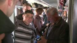 Cu trenul sau cu avionul ? Românii sunt nevoiți să călătorească cu trenul, într-o aglomerație de nedescris ! VEZI ce noroc au avut cei care au ales avionul !