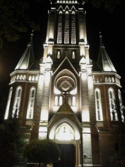 Miercuri seara se aprinde iluminatul arhitectural la Biserica Roşie
