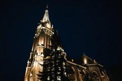 Biserica Roşie are iluminat arhitectural de miercuri seara