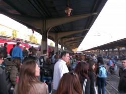 Vagoane suplimentate de către cei de la CFR pentru minivacanța de 1 MAI ! Gara din Arad a fost împânzită de studenți