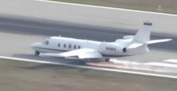Aterizare impresionantă! Un avion a aterizat fără o roată pe un aeroport din Florida (VIDEO)