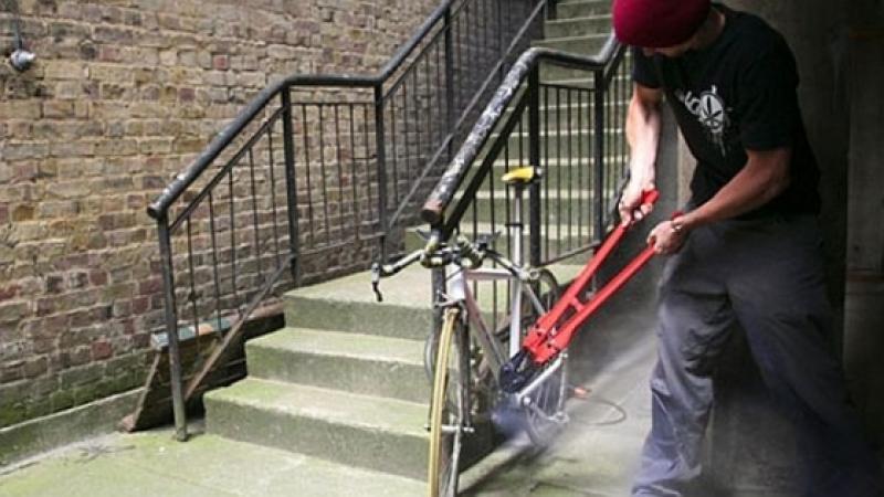 Prinşi de poliţişti în timp ce  furau biciclete
