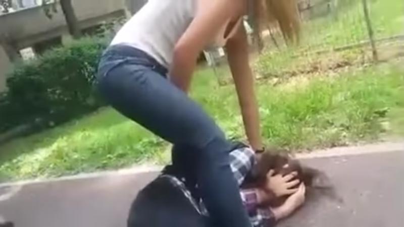 VIDEO cu imagini șocante ! Elevă bătută cu bestialitate !
