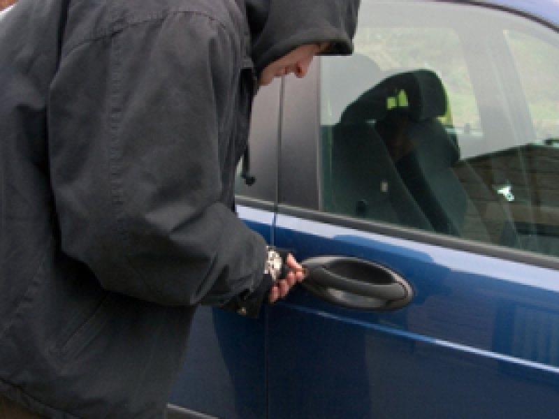 A furat un autoturism pe care l-a condus fără permis și sub influența alcoolului