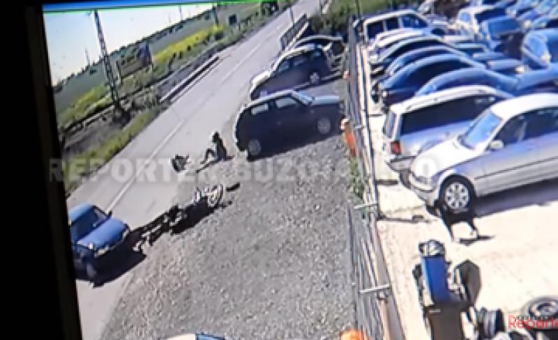 VEZI Video ! Aruncați de pe motocicletă, din cauza unui șofer neatent ! Femeie grav rănită !