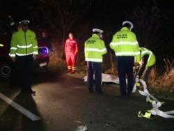 Lovit de un autoturism, un bărbat a fost lăsat să moară la marginea drumului !