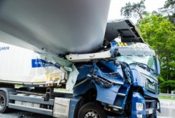 Accident înfiorător ! Lama unei turbine eoliene a zdrobit cabina unui camion !