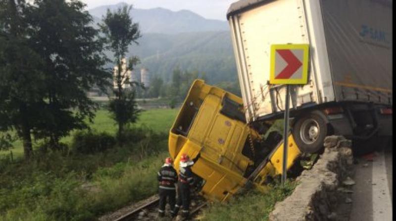 Accident de circulație ! TIR răsturnat peste calea ferată !