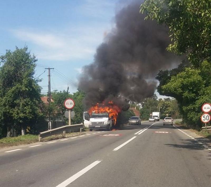 O autoutilitară a luat foc pe drumul din Păuliș !