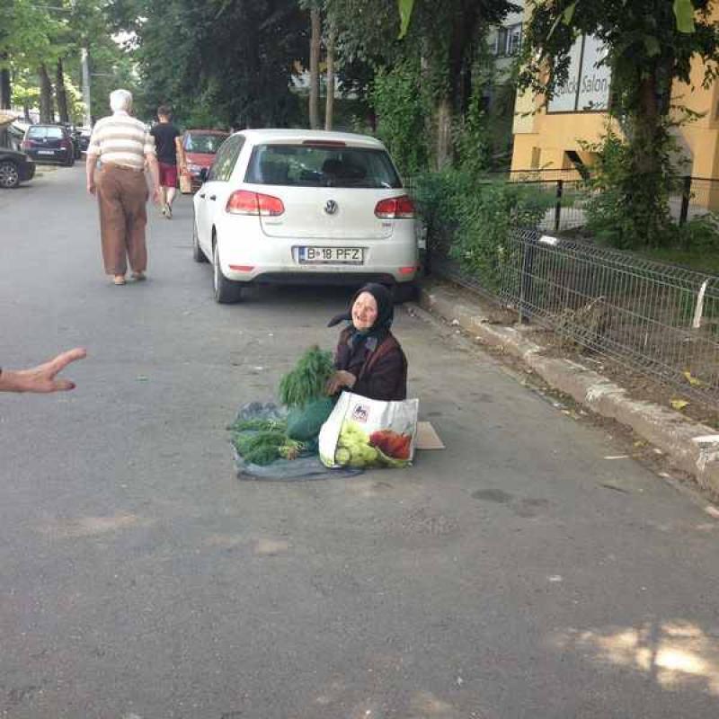 Ea este bătrânica ce nu acceptă bani ! Vrea cu orice preț să-și vândă marfa, dar sunt zile când nu vinde nimic !