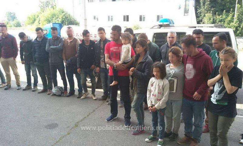 Grup mare de emigranşi opriți la frontiera cu Ungaria