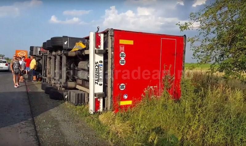 Foto! Tornada la ieșire din Arad ! Camion răsturnat între Zădăreni și Arad , mai mulți stâlpi de curent puși la pământ, Felnac fără curent !