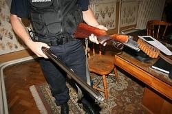 Arme şi munuţie deţinute ilegal la domiciuliu de doi arădeni