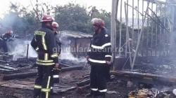 GALERIE FOTO ! INCENDIU puternic la o casă din zona Mărului ! Un copil a fost la un pas sa ia foc !