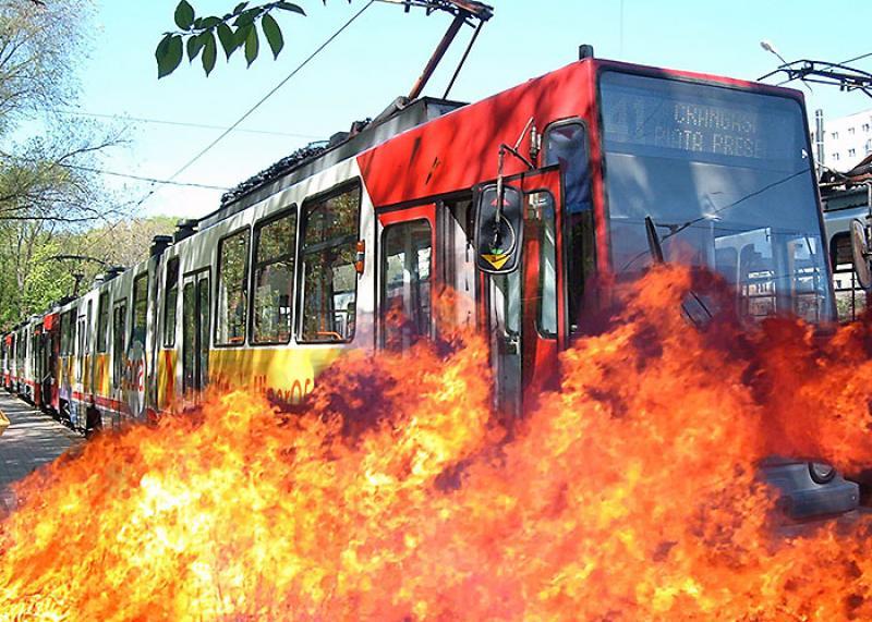 Un tramvai a ars în depoul CTP Arad (FOTO)