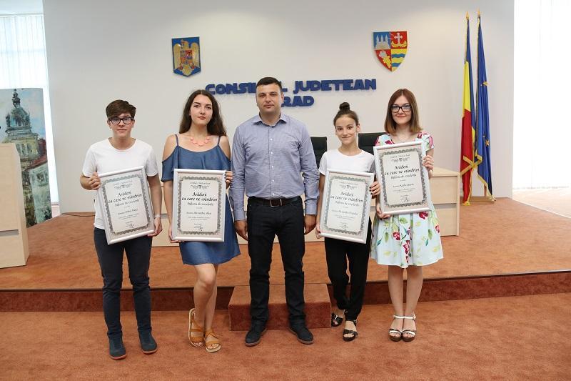 Elevii de 10 au primit diplome de excelenţă de la Sergiu Bîlcea