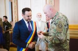 Delegaţie militară româno-americană la Primăria Arad.Primarul Falcă a primit o medalie de la militarii americani