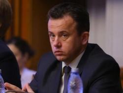 Ministrul Educaţiei Liviu Pop, a dat bir cu fugiţii în plin scandal al manualelor