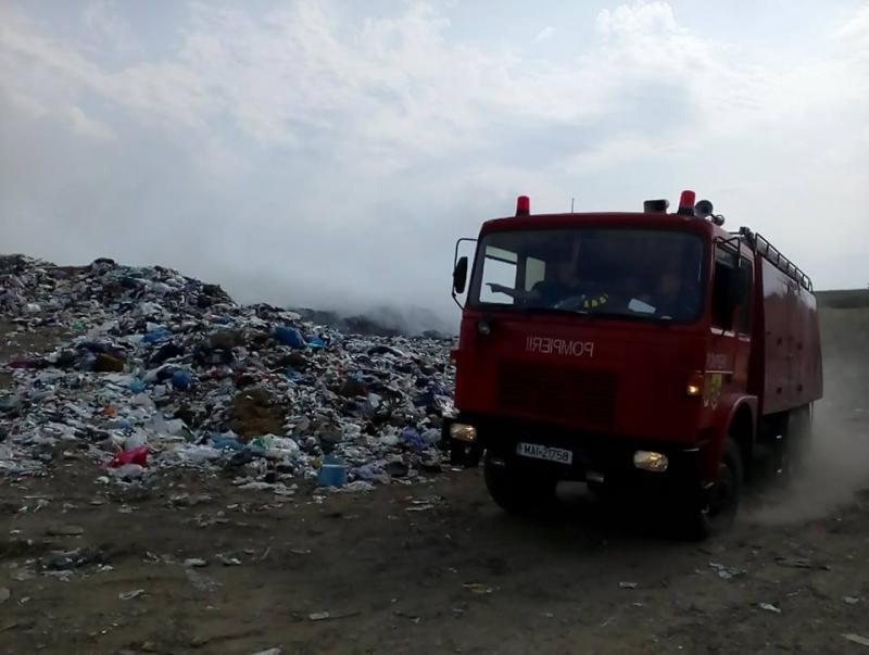 [FOTO/VIDEO] Un nou incendiu de proporţii la groapa de gunoi din Lipova!