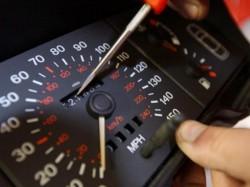 Falsificarea kilometrajului la maşinile second-hand poate fi pedepsită cu închisoare!
