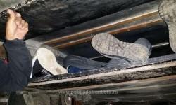 Migranţi ascunşi sub o platformă de transport rutier depistaţi la vama Nădlac