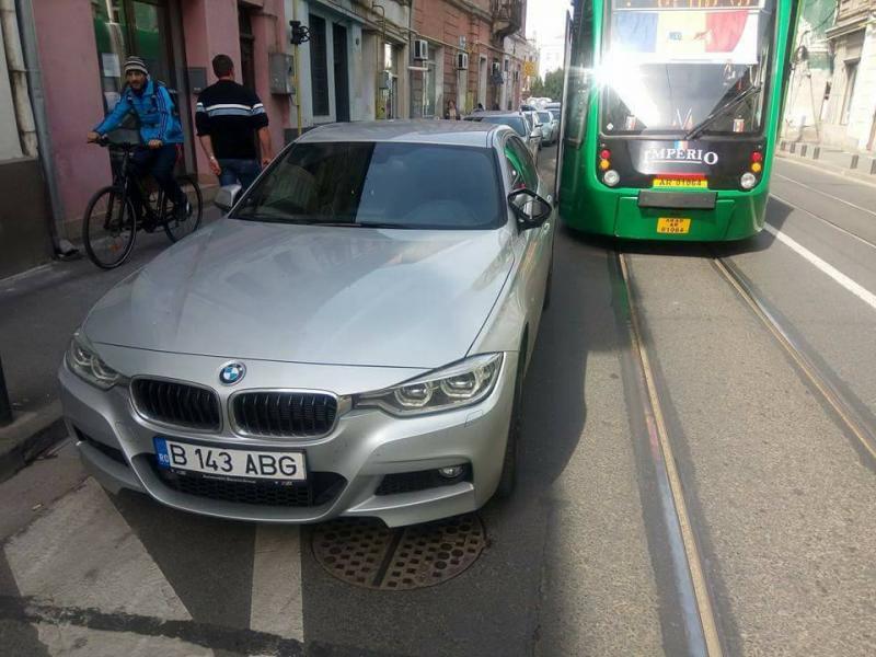 Circulaţia tramvaielor, paralizată minute în şir! Coadă de maşini de sute de metri, din cauza unui şofer imprudent!