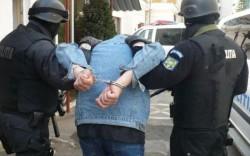 Droguri şi arme găsite în locuinţele unor arădeni! Poliţiştii au arestat trei traficanţi de droguri din Arad!