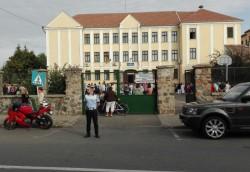 Poliţiştii arădeni, alături de elevi în prima zi de şcoală