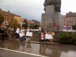 Ţara arde, baba se piaptănă! Imediat după furtună, aproximativ 20 de arădeni protestau împotriva vaccinării obligatorii