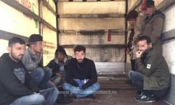 Doi români, călăuze pentru 9 irakieni! Şoferul a modificat maşina pentru a transporta ilegal imigranţi