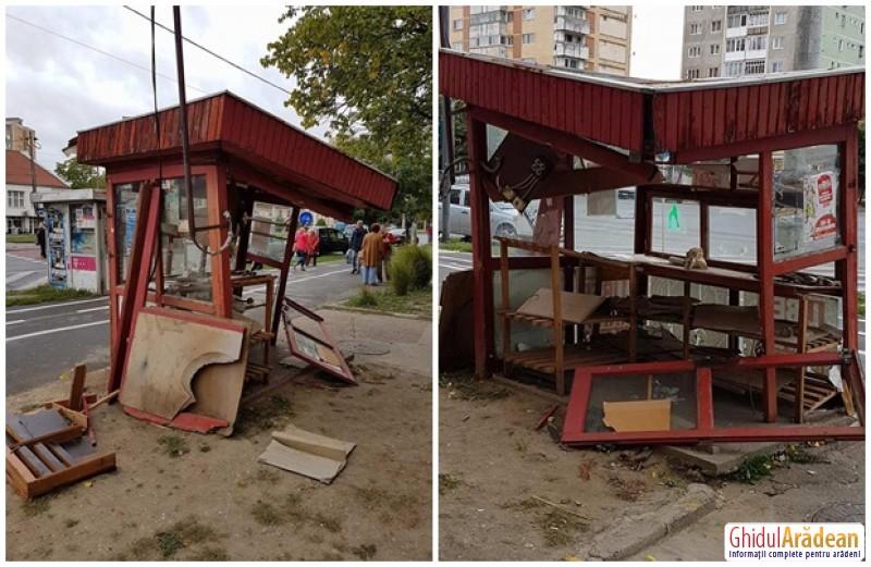 Se întâmplă în Arad! Un chioşc de ziare stă să le cadă arădenilor în cap!