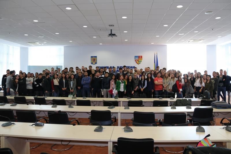 """O sută de studenţi de la Universitatea de Vest """"Vasile Goldiş"""" Arad, în vizită la CJA"""