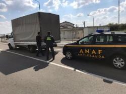 Inspectorii ANAF au confiscat un camion de haine depistat în trafic în judeţul Arad!