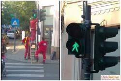 Dorel a comis-o din nou în Arad! Un semafor desprins de stâlp a fost lipit cu bandă adezivă!