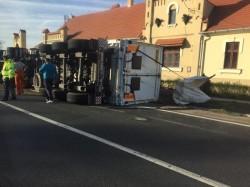 Un autotren înmatriculat în Arad s-a răsturnat pe DN79, la limita dintre judeţele Arad şi Bihor