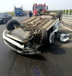 Accident pe Autostrada Arad-Timișoara. O mașină s-a răsturnat cu roțile-n su ...