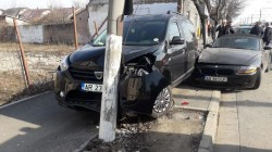 Stâlp electric doborât la pământ în urma unui accident rutier, care a avut l ...