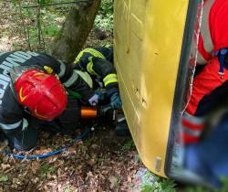 Accident la Lipova. Un camion s-a răsturnat iar şoferul a rămas încarcerat